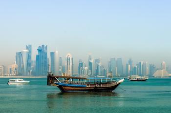 Die Skyline von Katars Hauptstadt Doha vom Meer aus gesehen