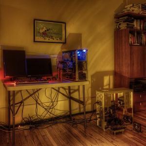 Zwei mit Kabeln verbundene Computer