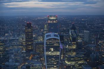 Erleuchtete Hochhäuser in London während es dämmert
