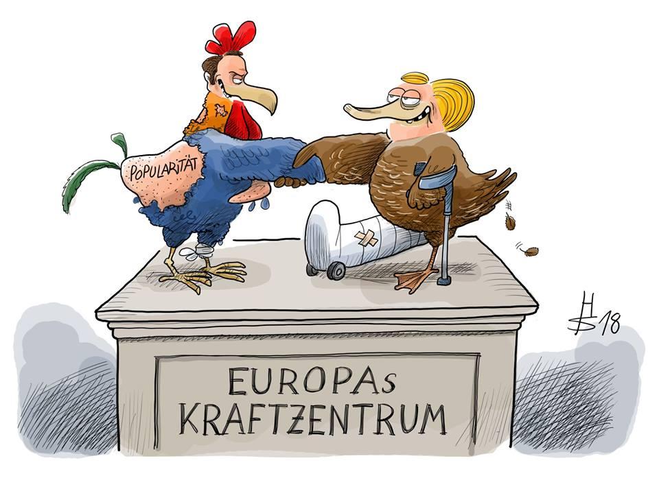 Karikatur von Macron als gestutzter Hahn und Merkel als gestutzte Ente auf einem Denmal mit der Auftschrift Europas Kraftzentrum.