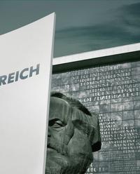 Karl Marx in Chemnitz mit Schild