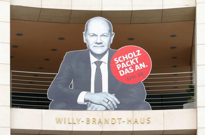 Wahlplakat an der Fassade des Willy-Brandt-Hauses mit dem Gesicht von Olaf Scholz und dem Spruch darunter: Scholz packt das an. spd.de