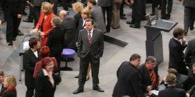 Gerhard Schröder steht im Plenum des Bundestages.