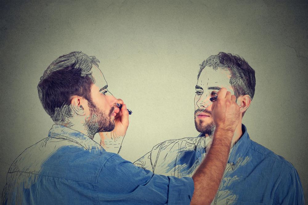 Ein Mann zeichnet sein Spiegelbild, das Spiegelbild entsprechend den Mann.