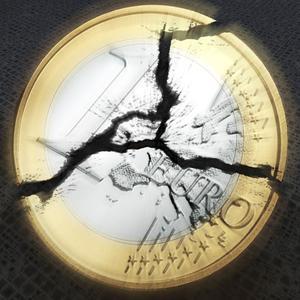 Eine Euro-Münze, die in drei Teile zerbricht.