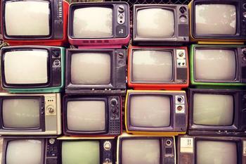 Alte Fernseher übereinander gestapelt.