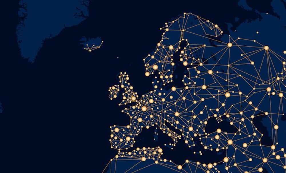 Karte von Europa ohne Landesgrenzen, einheitlich blau, mit Lichtpunkten, wo Metropolen sind.