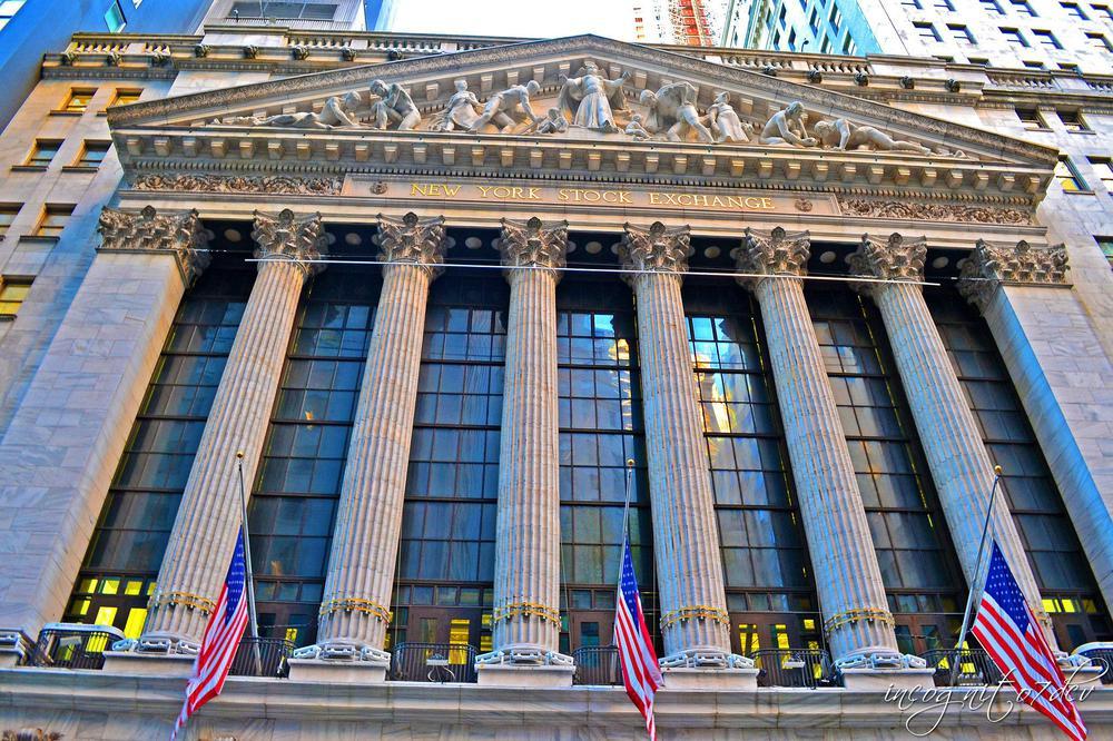 Front des Börsengebäudes von New York von unten aufgenommen