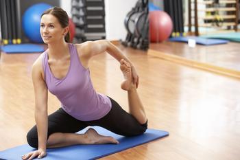 Frau beim Stretching auf einer Sportmatte