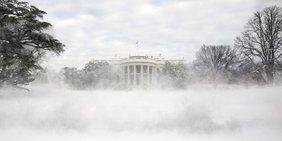 Weißes Haus im Schnee.