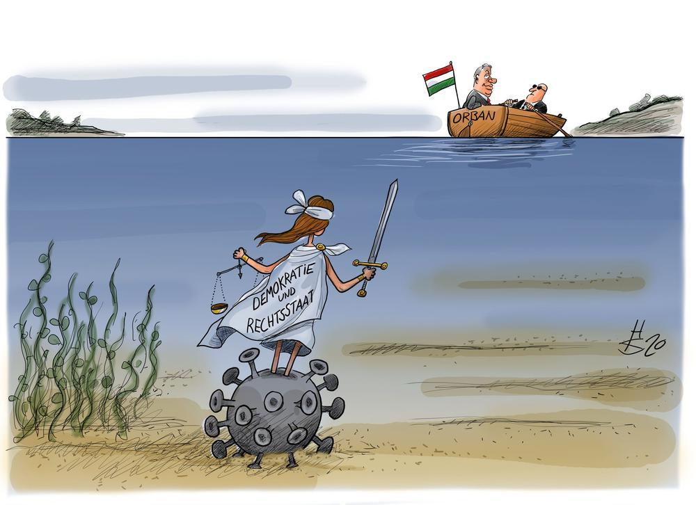 Karikatur. Ein Corona-Virus, der aussieht wie eine schwere Metallkugel, liegt auf dem Meeresgrund. An einer Kette hält er Justizia, die offenkundig von einem Mann in einem Boot versenkt wurde.