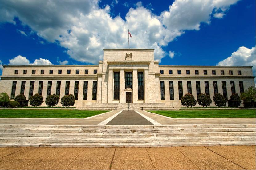 Das klassizistische Gebäude der US-Zentralbank mit antikisierenden Säulen in der Mitte.