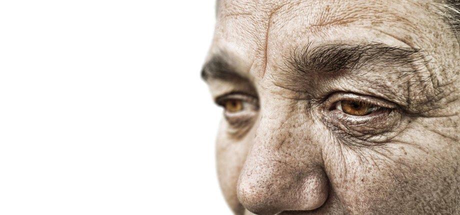 Gesicht einer alten Frau, von sehr nah.