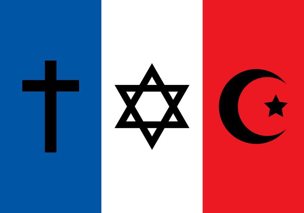 Frankreich-Flagge, bei der im blauen Feld ein Kreuz ist, im weißen ein David-Stern und im roten ein Halbmond mit Stern daneben.