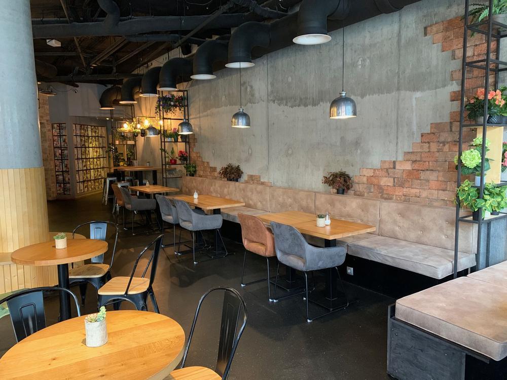 Leeres Café mit schicken Möbeln.