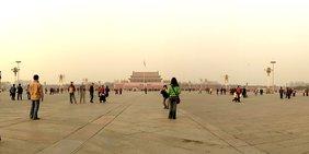 Platz des Himmlischen Friedes mit Touristen.