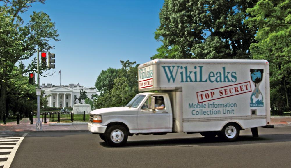 """Truck mit der Aufschrift """"Wikileaks Top Secret"""" fährt am Weißen Haus in Washington vorbei."""