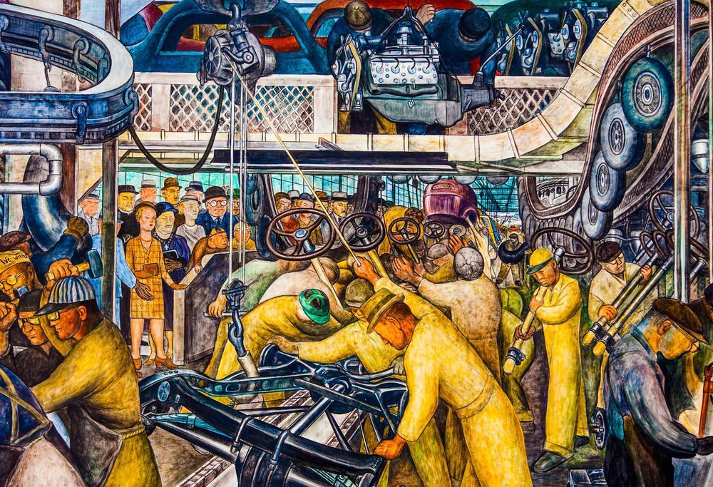 Gemälde von einer Fabrikhalle mit Arbeitern in gelben Overalls, die Autos zusammenbauen. Links im Hintergrund schauen ihnen Männer in Anzügen und Frauen in schicken Kleidern dabei zu.