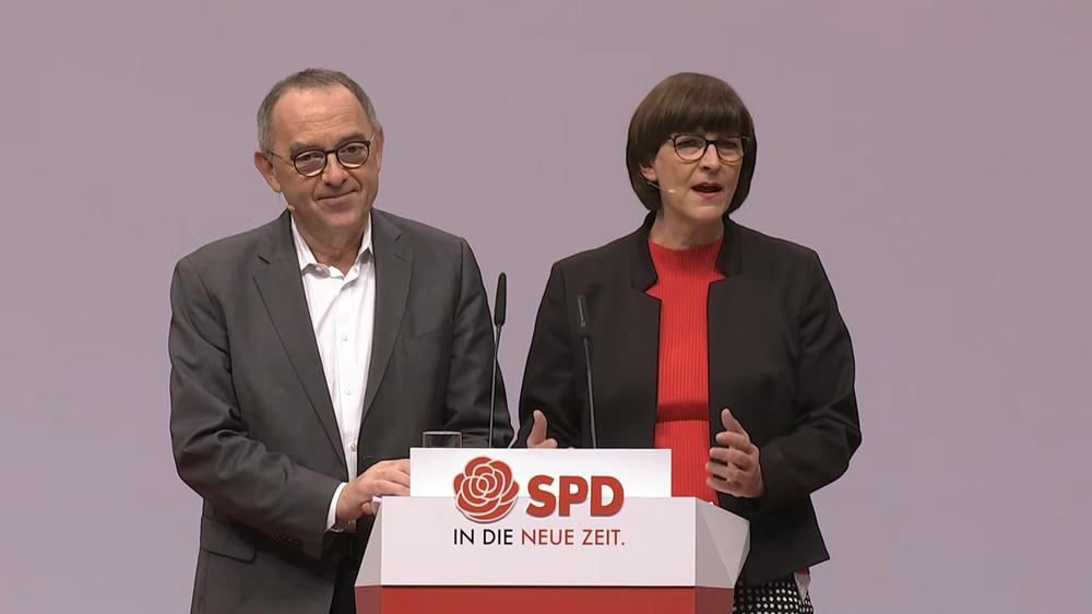 Norbert Walter-Borjans uns Saskia Esken stehen gemeinsam am Rednerpult beim SPD-Parteitag.