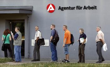 Schlange von Menschen vor einem Arbeitsamt.