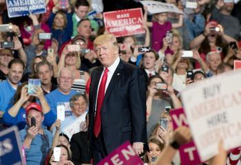 Donald Trump bei einem Wahlkampfauftritt vor Fans.