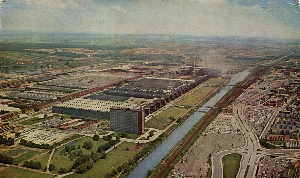 Luftaufnahme vom Volkswagenwerk, das sich entlang des Mittellandkanals erstreckt.
