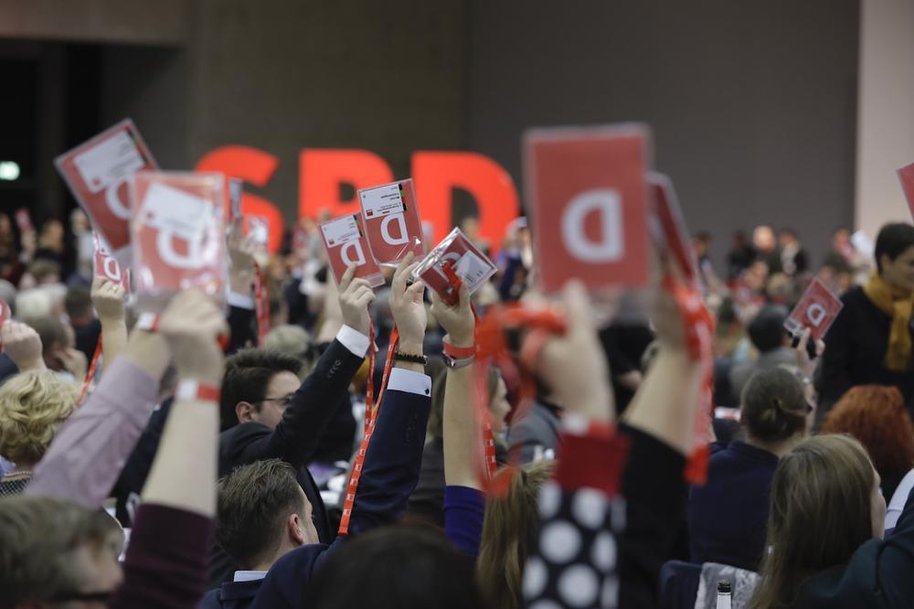 Bei einer Abstimmung recken Delegierte ihre Abstimmungskarten in die Höhe.
