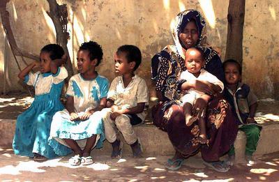 Somalische Mutter mit fünf Kindern in Landestracht.