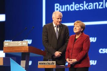 Angela Merkel und Horst Seehofer auf der Bühne beim CSU-Parteitag.