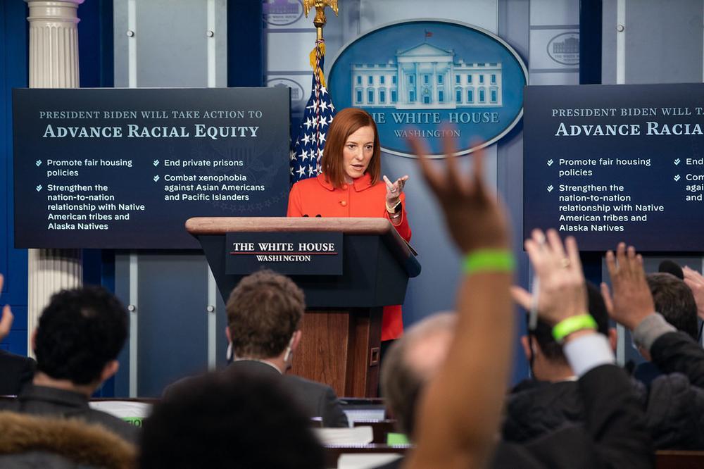 Pressekonferenz im kleinen Presseraum des Weißen Hauses mit der Sprecherin Jennifer Psaki hinter dem Pult. Reporter strecken die Arme in die Höhe, weil sie Fragen stellen wollen.