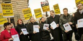Protest von Politikern für Steuergerechtigkeit.