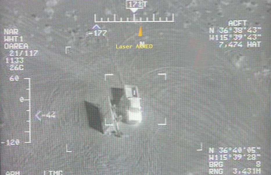 Bildschirm einer Drohne mit Koordinaten eines Zieles, ein Lkw, in der Wüste.