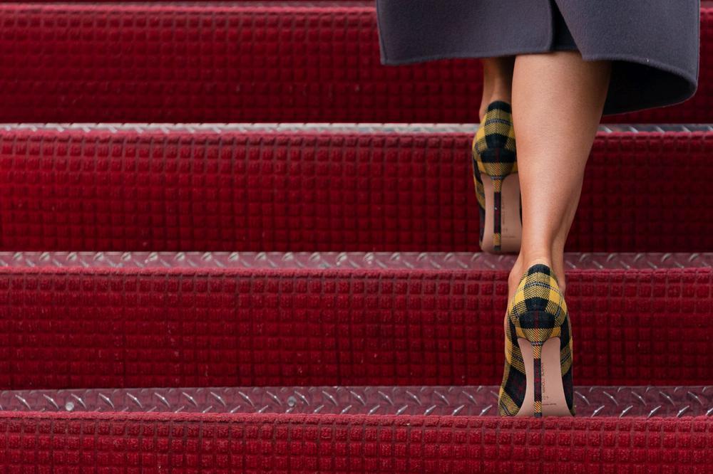 Hochhackige Highheels von Melania Trump auf einer roten Treppe.