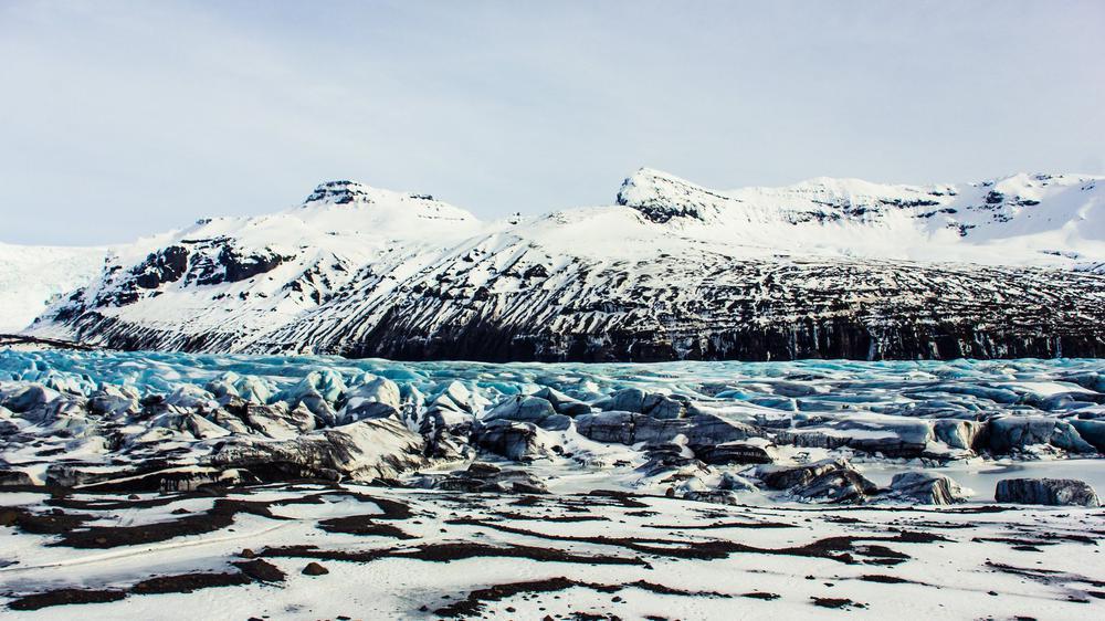 Schneelandschaft mit dem Svínafellsjökull Gletscher auf Island.