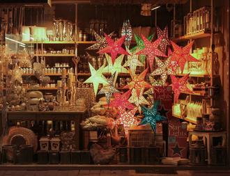 Schaufenster mit indischen Weihnachsternen aus Pappe geschmückt