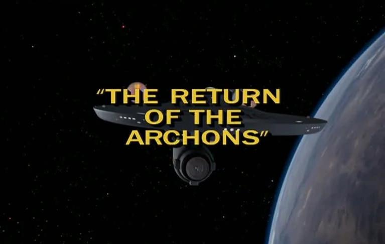 Das Raumschiff Enterprise fliegt um die Erde. Darüber gelegt ist der Titel der Folge: The Return of the Archons.