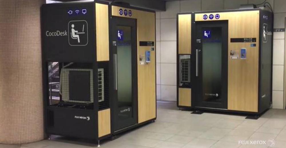 Zwei Kabinen in einem U-Bahnhof, die wie Automaten für Passbilder aussehen, aber mit Türen versehen sind.