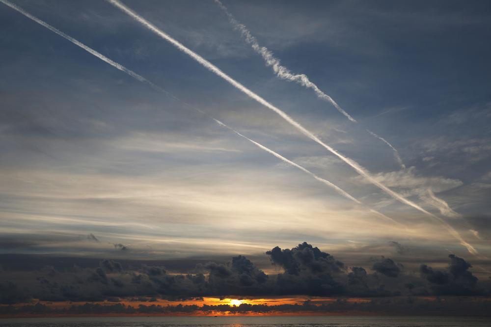 Kondesstreifen am Himmel
