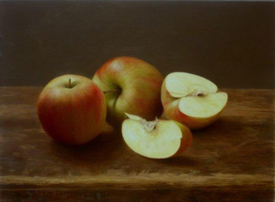 Ölgemälde von drei Äpfeln auf einer braunen Tischoberfläche, zwei sind intakt, einer aufgeschnitten in der Mitte, ein Schnitzel des Apfels liegt daneben.