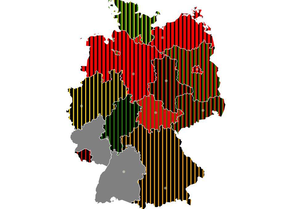 Karte der Bundesrepublik, auf der die unterschiedlichen Koalitionen in den Bundesländern mit farbigen Streifen dargestellt sind.