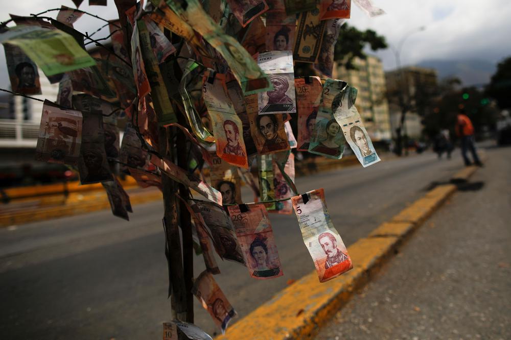 Ein Baum mit Geldscheinen des Venezolanischen Bolívar statt Blättern.