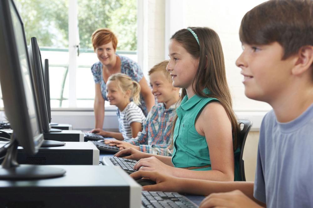 Schüler sitzen vor Computern.
