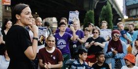 Alexandria Ocasio-Cortez spricht zu Bürgern bei einer Wahlkampfveranstaltung.