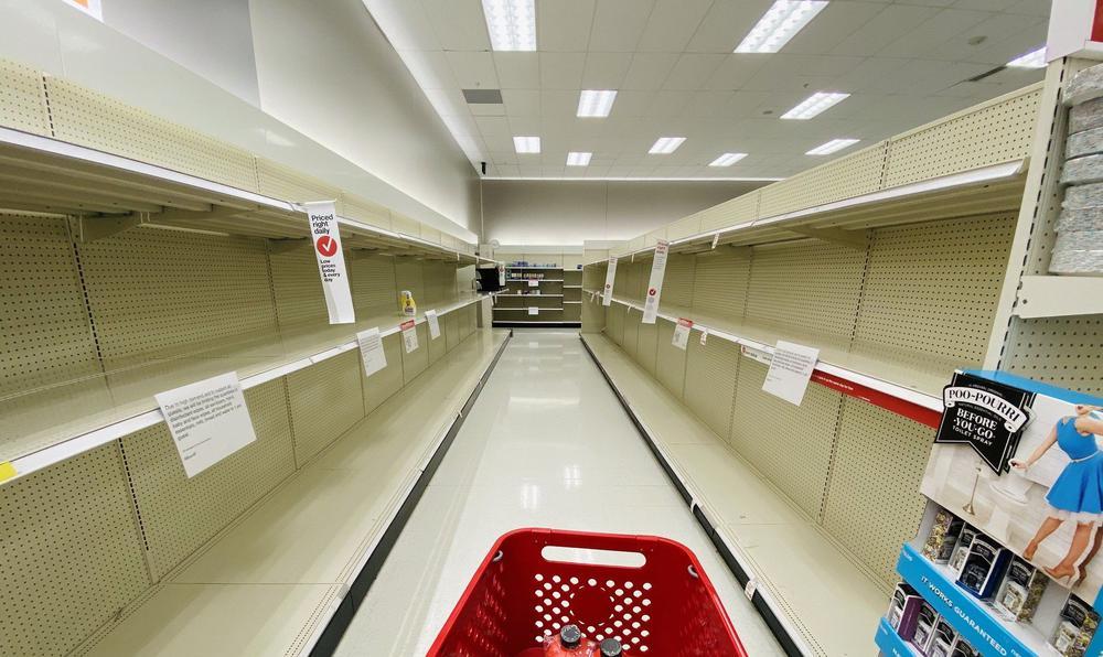 Gang in einem Supermarkt mit leeren Regalen rechts und links.