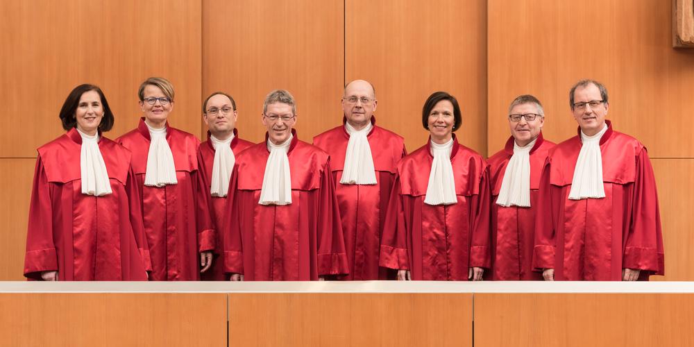Die Richter des Ersten Senats des Bundesverfassungsgerichts in roten Roben nebeneinander.