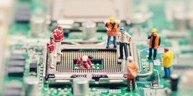 Arbeitnehmer Arbeiter auf einer Platine CPU Chip Computer Digitalisierung Informationstechnologie