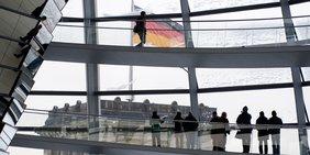 Besucher in der Kuppel des Reichstags blicken auf einen der vier Türme.